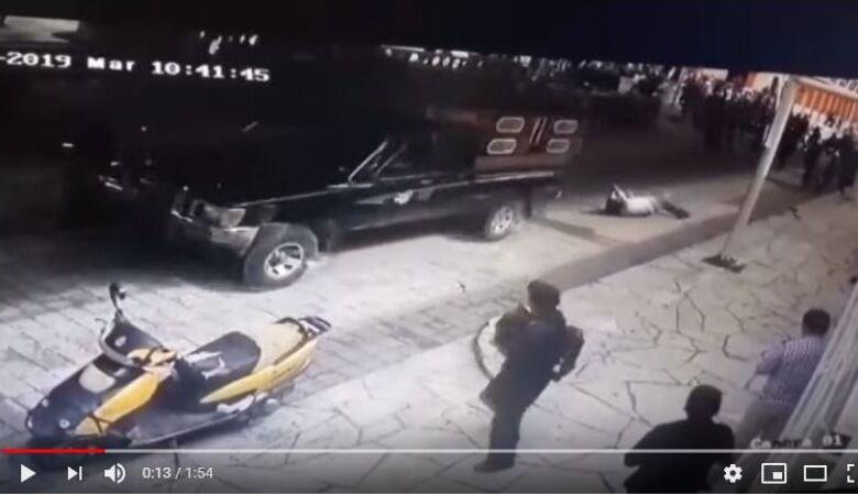 Εδεσαν δήμαρχο πίσω από αυτοκίνητο και τον έσερναν στους δρόμους