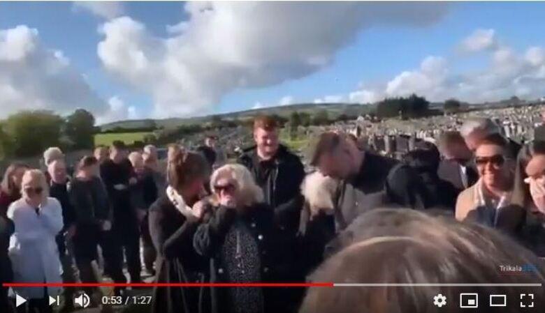 Απίστευτο σκηνικό σε κηδεία - Τους φώναζε από τον τάφο!