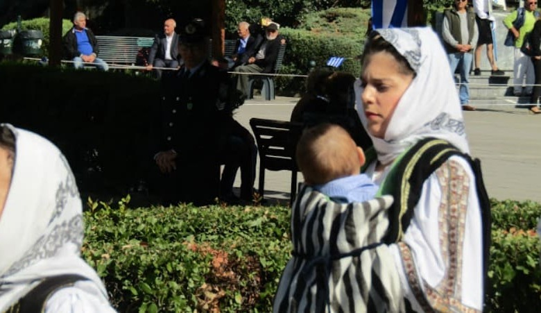 Γυναίκα Στρατιωτικός παρέλασε αγκαλιά με το μωρό της στα Τρίκαλα
