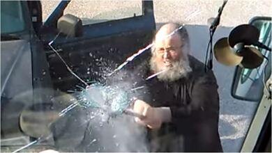 Photo of Ο ρασοφόρος καλόγερος καταστροφέας – Διαλύει πούλμαν με λοστό | ΒΙΝΤΕΟ