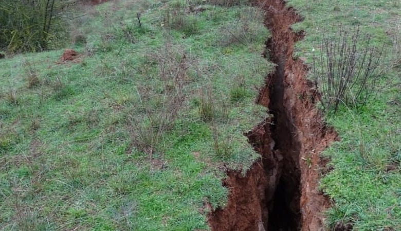 Άνοιξε η... γη στην Ελασσόνα - Ρήγμα 3 χιλιομέτρων και βάθους 3 μέτρων