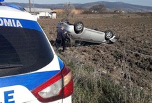 Photo of ΤΡΙΚΑΛΑ: Αυτοκίνητο βγήκε από την πορεία του και κατέληξε στα χωράφια