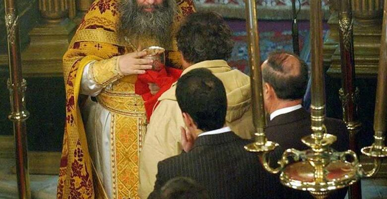 Σύλληψη ιερέα που κοινώνησε πιστούς
