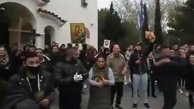Photo of Απίστευτες εικόνες έξω από εκκλησία στην Αγία Βαρβάρα | ΒΙΝΤΕΟ