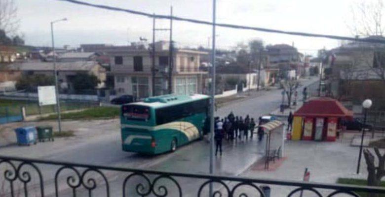 Πρόσφυγες στο Κουτσόχερο συνωστίζονται για να ανέβουν στο λεωφορείο!